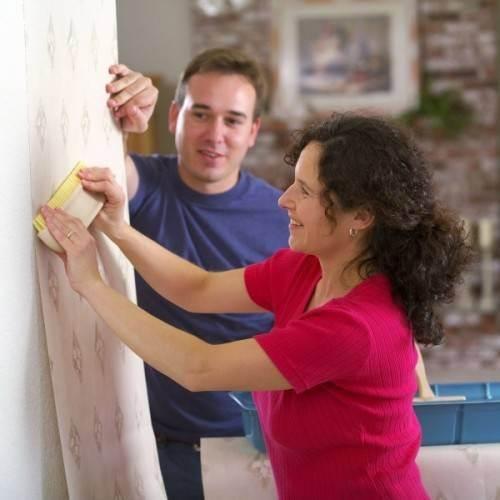 Процесс оклеивания стен обоями
