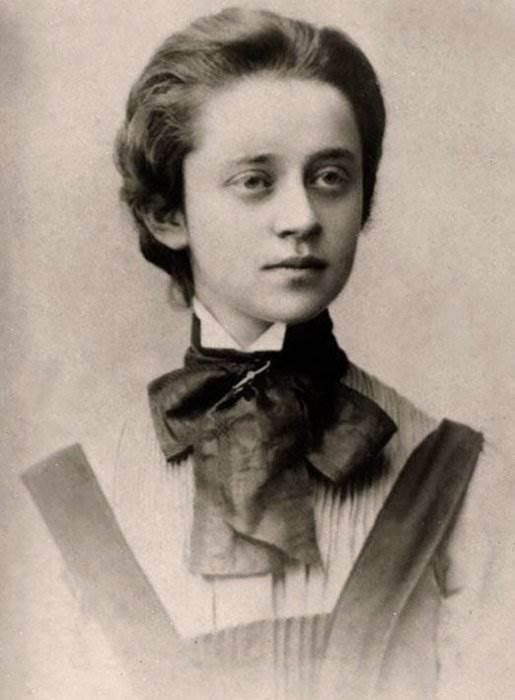 Женщина с бокалом коньяка
