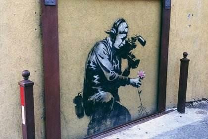 Бэнкси мальчик, снимающий цветок на видеокамеру