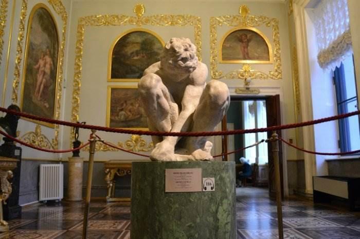 Скорчившийся мальчик Микеланджело