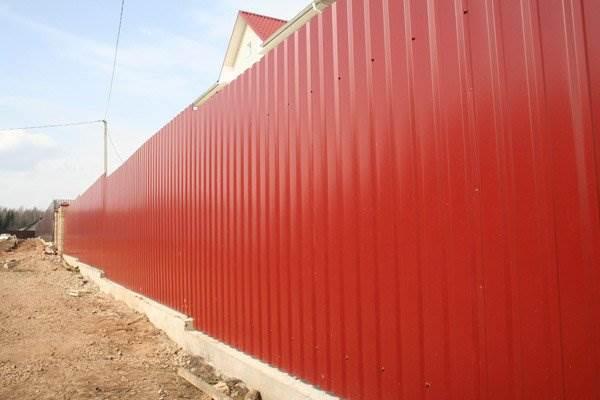 Забор из профнастила красный фото