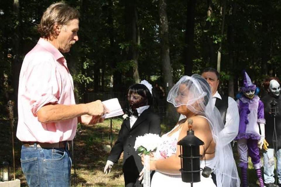 Неудовлетворённая обычными отношениями, 20-летняя американка вышла замуж за куклу-зомби
