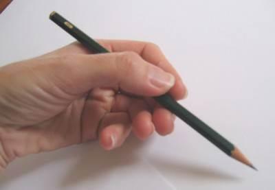 способ держать правильно карандаш