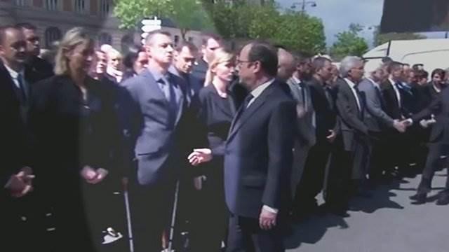 Французский полицейский отказался подать руку Олланду фото