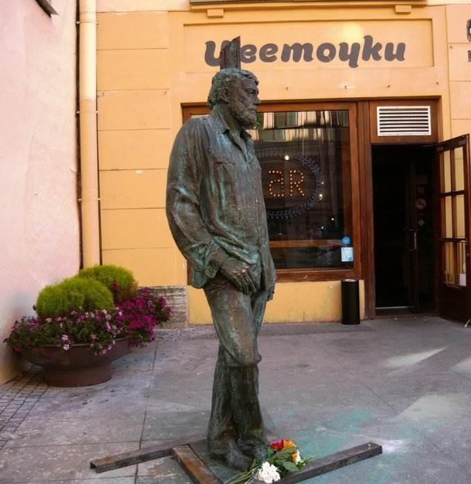 Памятник Довлатову в СПб фото