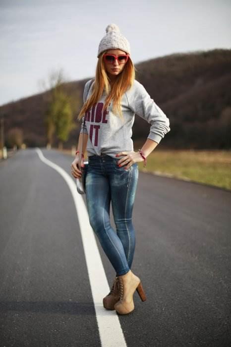Классные фотки девок в джинсах позируют голыми общественных
