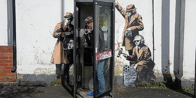 Вандалы закрасили граффити Бэнкси «Шпионская будка»