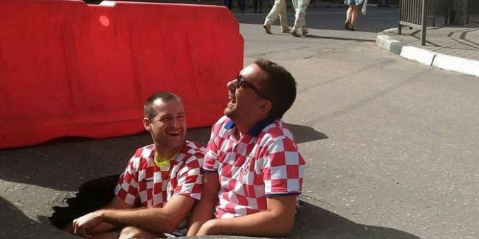 Хорватские болельщики сфотографировались в дорожной яме Нижнего Новгорода фото
