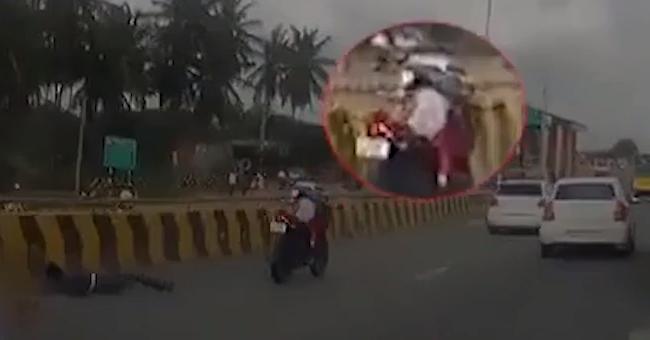 Маленький ребёнок после аварии остался один на едущем мотоцикле видео