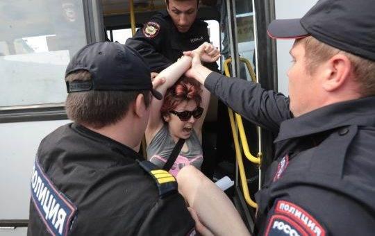 Задержание участников акции ЛГБТ В Петербурге фото и видео