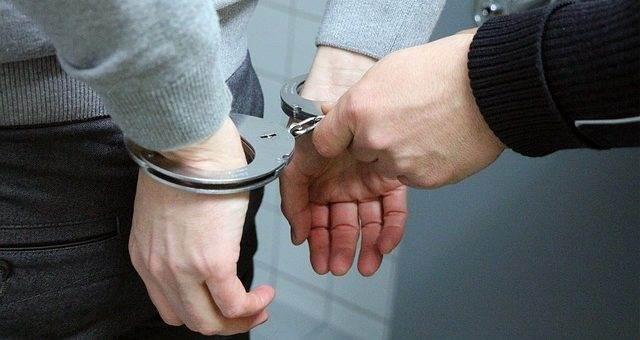 Преступник в наручниках
