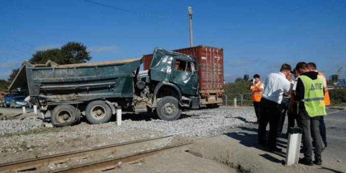Столкновение поезда с «КамАЗом» в Южно-Сахалинске 7.08.2018 фото