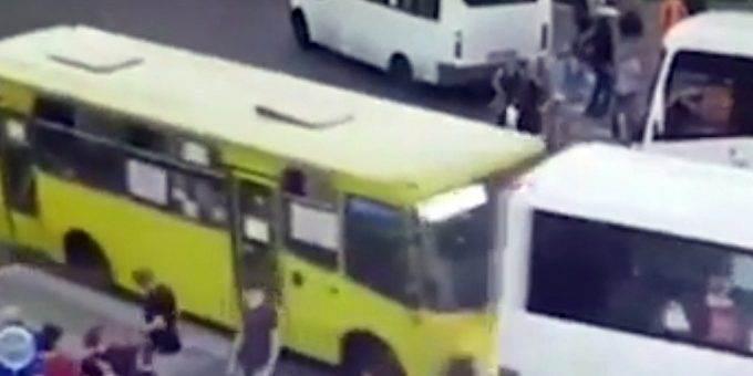 Автобус наехал на людей в Мытищах видео