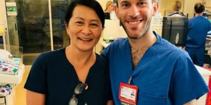 Медсестра узнала в коллеге ребенка, которого она выхаживала 28 лет назад