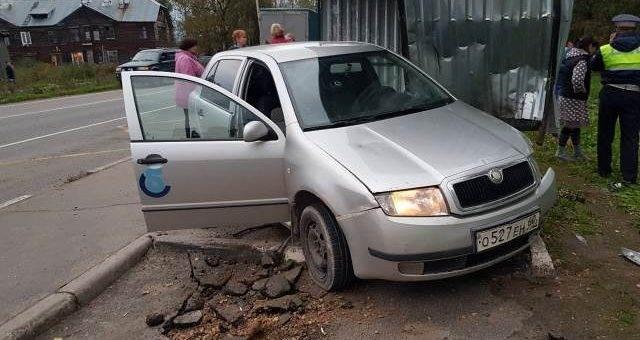 ДТП в Ленобласти: автомобиль наехал на автобусную остановку фото