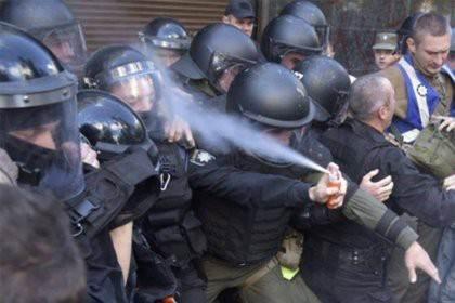 Украинский полицейский прыснул газовым баллончиком себе в лицо фото