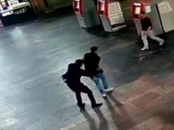 Видео нападения с ножом на Курском вокзале 10.09.2018