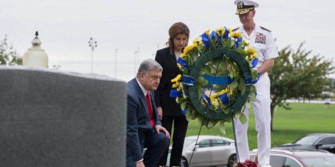 Порошенко встал на колени на могиле Маккейна фото