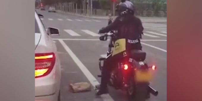 Девушка-мотоциклист бросила выброшенный из авто мусор обратно в машину