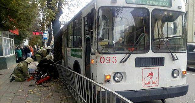 В Орле троллейбус наехал на пешеходов фото и видео