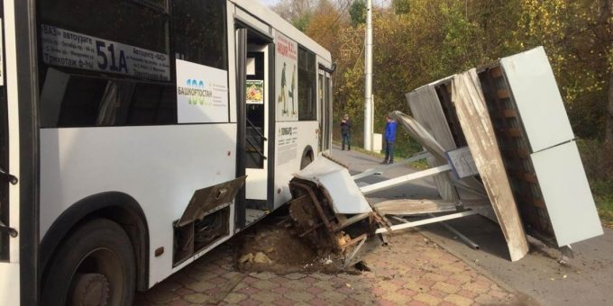 В Уфе автобус въехал в остановку фото и видео