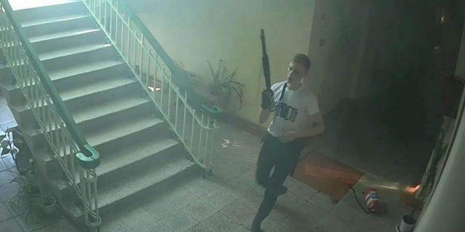 Новое фото Владислава Рослякова во время бойни в керченском колледже