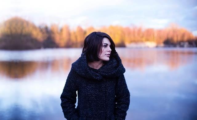 Девушка в пальто осенью