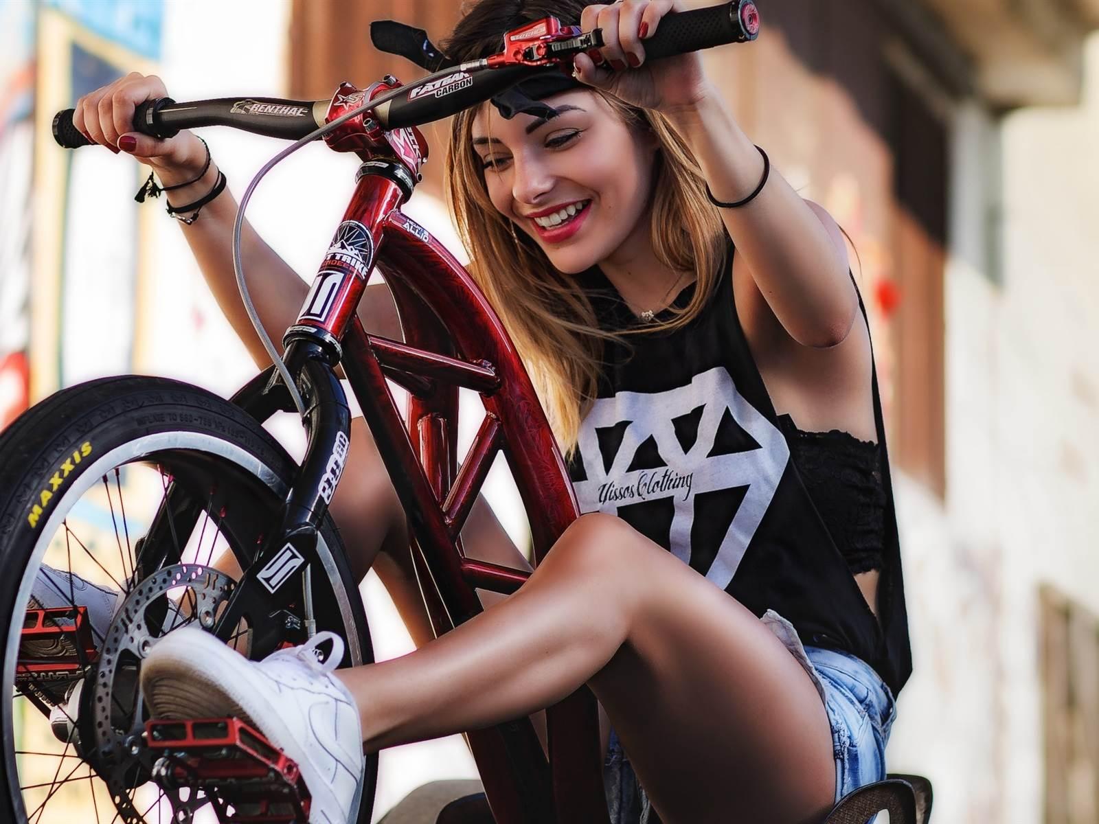 Телки на велосипеде, раздевание огромной груди