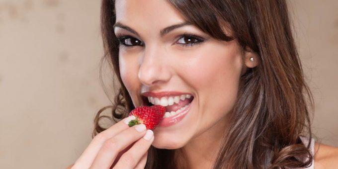 Девушки едят клубнику фото