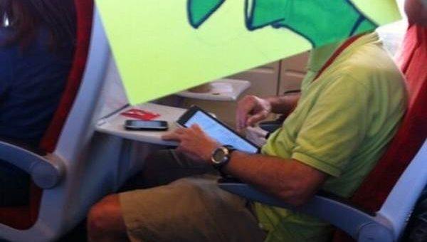 Художник пририсовывает забавные лица пассажирам в поезде