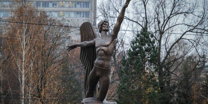 Памятник Рудольфу Нурееву в Казани фото