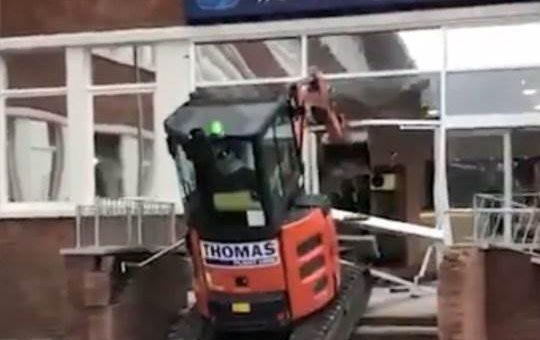 Разбушевавшийся экскаваторщик разнёс здание нового отеля фото и видео