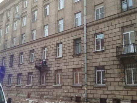Льдина упала на голову мужчине в Невском районе Петербурга