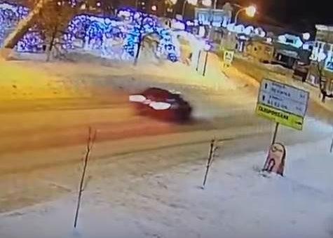 В Ульяновске иномарка врезалась в здание, два человека погибли. Видео