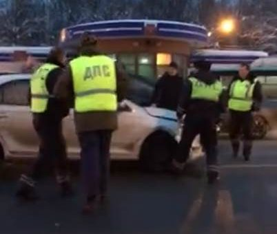 Под Владимиром полицейские выстроили «живой щит» из чужих машин