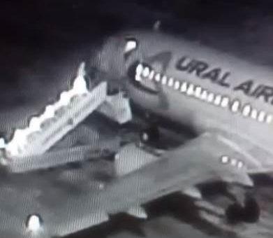 В Барнауле люди упали с трапа самолёта видео