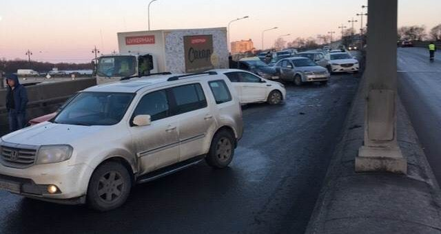 Массовое ДТП на Ушаковском мосту в Петербурге фото