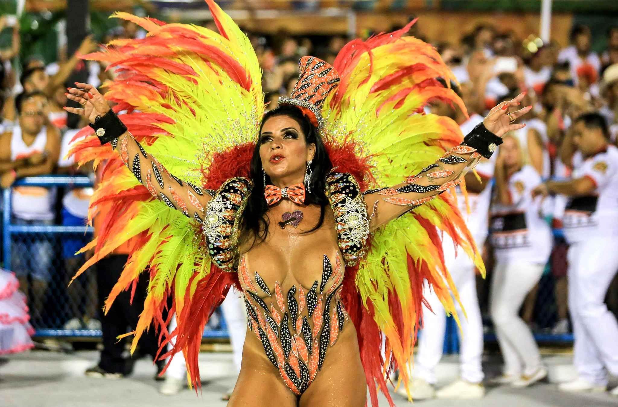 потом голые на карнавале в рио видео горницу вошёл