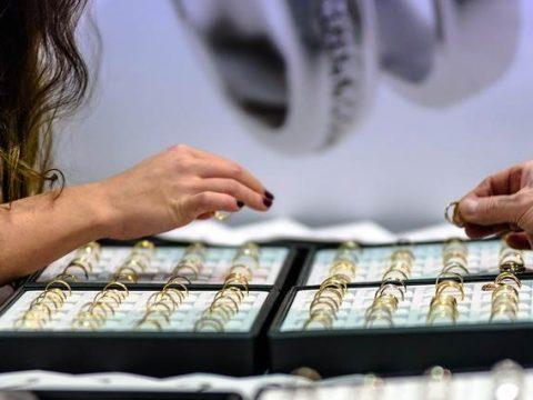 Золотые кольца в ювелирном магазине