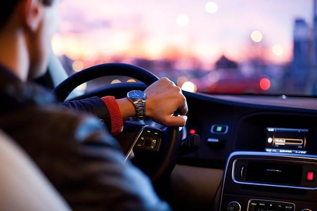 Водитель за рулём автомобиля