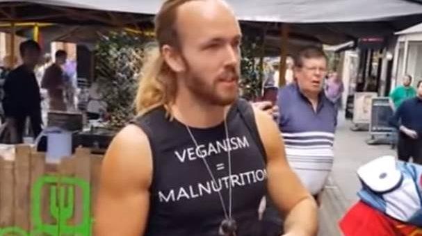 Протестующий против веганов съел мёртвую белку видео