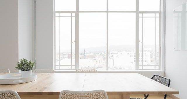 Светлый дизайн квартиры с большими окнами фото