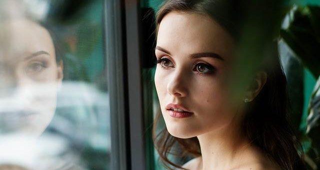 Девушка у окна фото