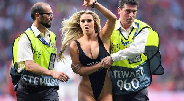 Блондинка в купальнике выбежала на поле во время игры «Ливерпуль - Тоттенхэм» фото и видео