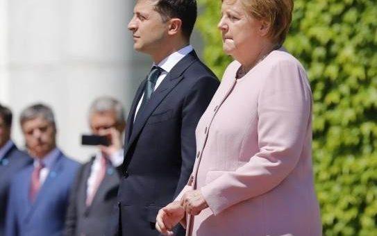 Меркель стало трясти на встрече с Зеленским видео