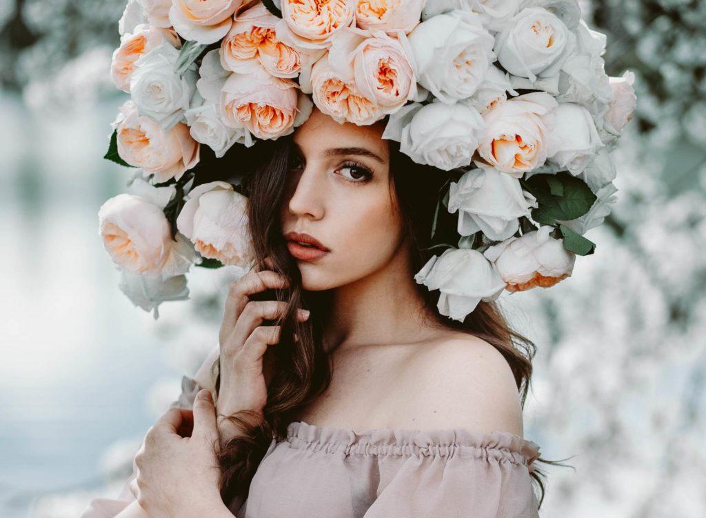 Красивая открытка девушка с цветами