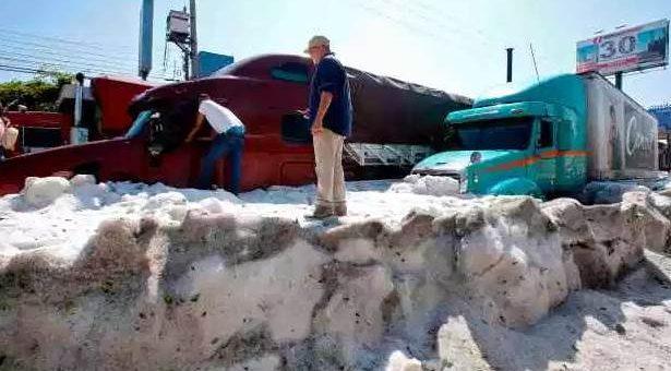 В Мексике после сильного града образовались 1,5-метровые сугробы