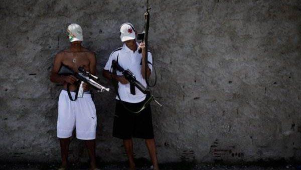 Наркоторговцы vs полиция в Рио-де-Жанейро (40 фото)