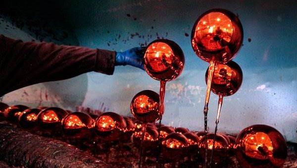 Изготовление ёлочных игрушек (фото с фабрики Бирюсинка)