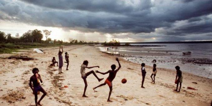 Детские игры в разных странах мира. Фотограф Стив МакКарри